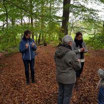 Uitproberen van de wichelroede. Foto gemaakt door: Marian van Westenbrugge