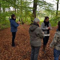Oefenen met de wichelroede. Foto gemaakt door: Marian van Westenbrugge