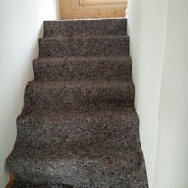 Endlich wieder eine Treppe. Sie ist aus Eichenholz und entsprechend abgedeckt