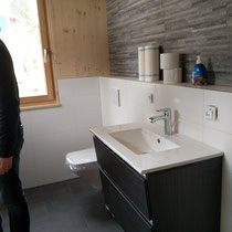 Der erste Waschtisch im unteren Duschbad sitzt