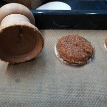 Oberes Gelenk der Glocke drehen - Lebkuchen gleitet sachte aus der Glocke