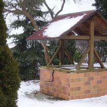 Am Brunnen vor dem Tore da steht `ne Koniferenhecke und eiszapfen hängen vom Brunnendach, bestimmt nicht mehr lange