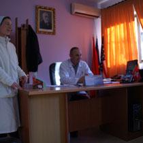 Krankenhausdirektor von Reshen begrüßt uns