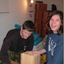 Unsere Jugendgruppe beim Nistkastenbau