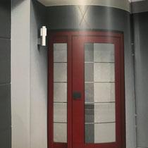 Das Haustürmodell in rubinrot