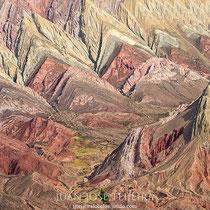 Con una altura de 4761 metros sobre el nivel del mar. Se caracteriza por tener un una formación calcárea de varios minerales que, al ser erosionados, dejaron formaciones triangulares de colores en las laderas de las montañas.