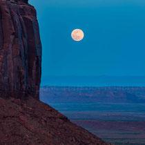 Salida de la luna por detrás de Merrick Butte.