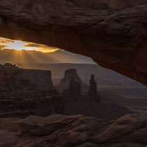 La luz emana en Mesa Arch