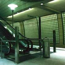 Gebogene Glasbausteinwand, U-Bahnhof Köln-Mülheim, Köln