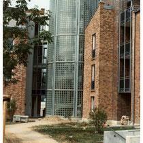 Glasbaustein-Treppenhaus-Verglasung, gebogene Wand, Köln; Dekor: Klarsicht