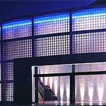 Glasbaustein Außenwand beleuchtet bei Nacht, Sankt Augustin