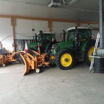 Winterdienst Traktoren, ausgestattet mit Schneepflug, Salzstreuer und Spikes