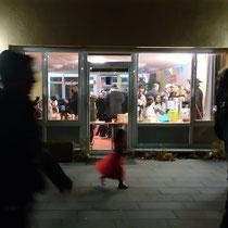 Bild: Einige Besucher machen eine Pause außerhalb des Saals.