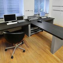 Schreibtisch-Anlage aus Tischplatten in Eiche schwarzbraun (samtmatt) und Wangen in silbergrau (Matallic-Effekt)