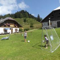 Hannah und Jakob beim Fußball spielen
