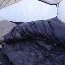 Isomatte und Schlafsack füllen das Zelt gut aus