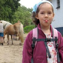 """""""Ätsch, ich habe das letzte Pony bekommen!"""" - Marla beim Ausritt auf dem Pferdehof Zislow © www.zweiseen.de"""