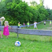 Bei uns spielen Mädchen und Jungen auf einer großen Wiese - wenn auch nicht das selbe Spiel ;-)