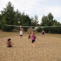 Unser Volleyballfeld auf der großen Spielwiese ist ganztägig belegt. Mitspielen erwünscht! © www.zweiseen.de