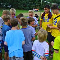 Nach erfolgreichem Fußballturnier steht die Preisverleihung an: Wer darf sich gleich ein Eis bei Lindi holen?