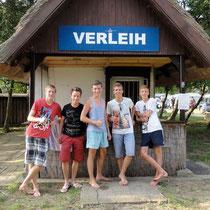 """Die Fünf vom Bootsverleih - """"Darfs noch ein Paddel mehr sein?"""" © www.zweiseen.de"""