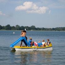 Das Tretboot mit Rutsche ist das beliebteste Mietboot. Wenn man fleißige Treter hat! © www.zweiseen.de
