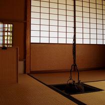 Frühjahrs-Anordnung mit Tsurigama (hängendem Kessel) und Tabidansu (Reisekasten)