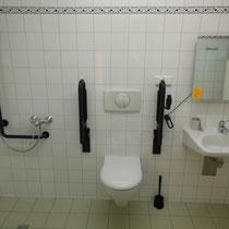 Großzügiges Bad für Gäste mit Handicap
