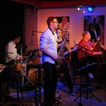 Tina Skolik (Gesang), Martin Müller (Kontrabass), Sebastian Nitsch (Tasten), Andreas Rauth (Perc/Drums),Saxophonist Uwe Bayerle