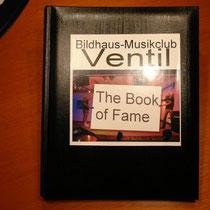 Dieses Buch zeigt mit Künstlerfotos und ihren Unterschriften den familiären, intimen Charakter von Krügers Bildhaus-Musikclubs Ventil