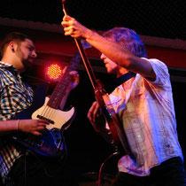 Harmonische Annäherung: Gitarrist Andreas Dengel nähert sich Basser Torsten Kautz.