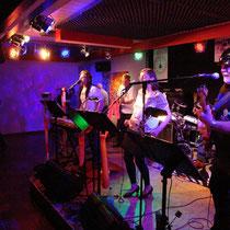 """Frontman Cornelius Molitor bringt mit seinen """"PubRocks & the Rock-a-Lettes"""" das Ventil zum Kochen"""