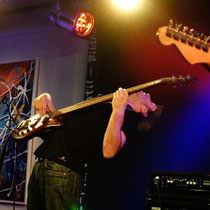 Biegsamer Bassist