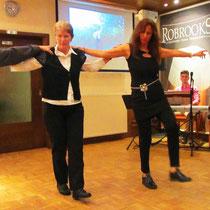 Olympia Stavrakas bei einem griechischen Tanz mit ihrem Bruder und ihrer Schwägerin