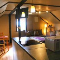 Wohnzimmer mit offener Küche/ Living room with open kitchen