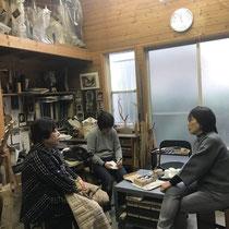 アトリエにて。左から、菱、大野、大島美枝子さん