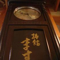 こちらは昭和初期の柱時計、いまだに時を刻み続けてます。