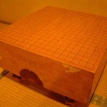 こちらの碁盤は貸し出し用、でも年季が入っています。