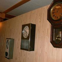 1F風呂場 1930~1970年代の時計たち、お部屋ではコチコチ、ゴーンゴーンと音が気になる為こちらに移動。