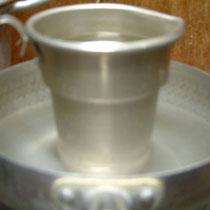 熱燗はこんなかんじで、なべで温めてます。昔は長火鉢で熱燗してました。