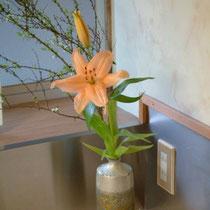 館内いたるところにお花を生けています。