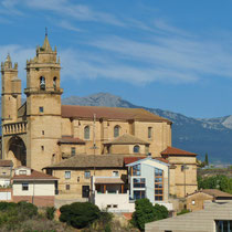 Blick auf das Dorf Elciego, La Rioja