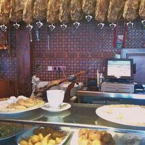 Frühstück mit perunillas und mantecados - Gebäck gemacht aus Schweinefett (Sehr lecker!)