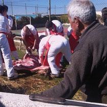 Die Verarbeitung des Fleisches - Der alte Mann im Bild tut dies nun seit 45 Jahren