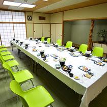 写真は14名様着席のセッティング。大広間を広く使えば30名様の着席も可能です。