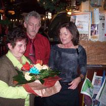 Chef und Chefin mit Jubilarin Angelika