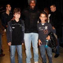 Sidney Govou entouré d' Alan Badaoui-Couble et Marwan Boulaghlem, lors du Foot-Concert de Lyon, le 13/10/2012 © Anik COUBLE
