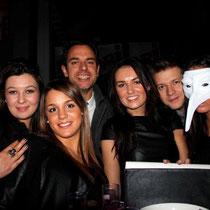 """Julie entourée de ses amis lors de la Soirée d'inauguration du Restaurant """"Les Salins"""" à Lyon Confluence © Anik COUBLE"""