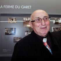 Jean, le frère de Raymond Depardon, devant les photos de la ferme du Garet  - Lyon - Novembre 2012 © Anik COUBLE
