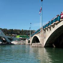 Les lyonnais, venus nombreux, pour assister à l'installation du Pont Raymond Barre - Lyon - 03 Sept 2013 © Anik COUBLE